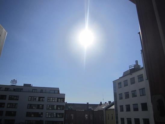 Sol og knallblå himmel